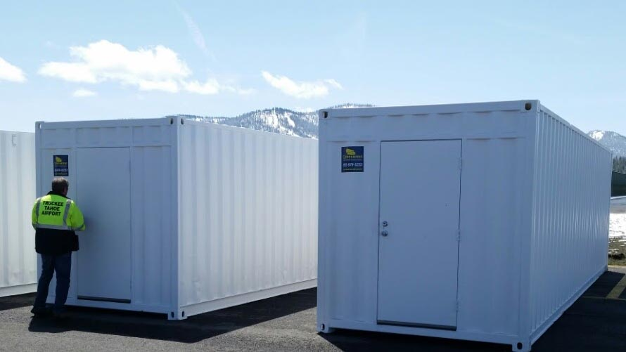 double storage containers color white with a worker on the side by contexwest