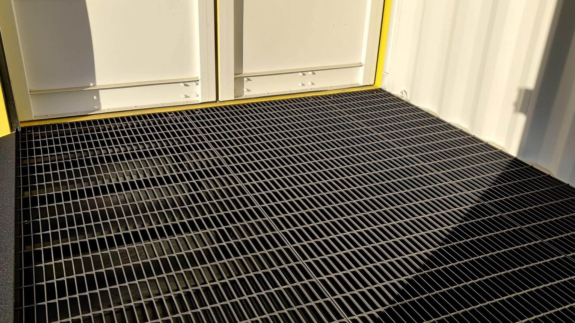 Steel bar grate flooring with containment tray